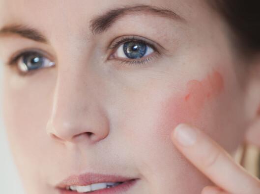 GENIALT: En kremrouge kan brukes både i kinnene og på leppene. Dessuten kan den enkelt påføres med bare fingrene. Det sparer du tid på.  Foto: Astrid Waller