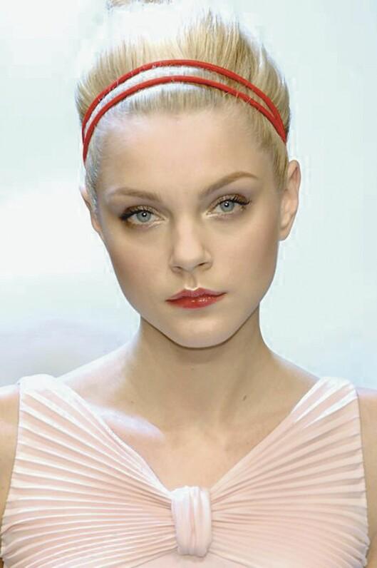 DOBBELT OPP: Et smalt hårbånd, gjerne dobbelt, kan gjøre en rufsete hårtopp hakket mer forseggjort. Dessuten holder det småhårene på plass når de ikke vil oppføre seg.