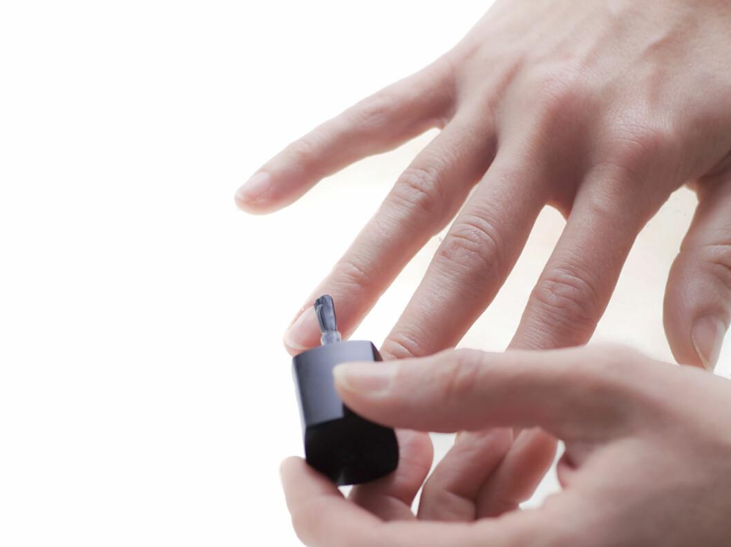 HUSK UNDERLAKK: Underlakken - som påføres før neglelakken, motvirker både misfarging og uttørking av neglene!  Foto: Astrid Waller
