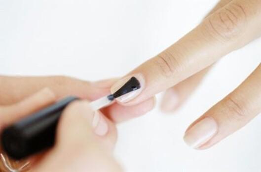 OVERLAKK: Hurtigtørkende overlakker gjør neglene blanke og flotte i tillegg til at de får fargede lakker til å tørke kjappere. Foto: www.imagesource.com