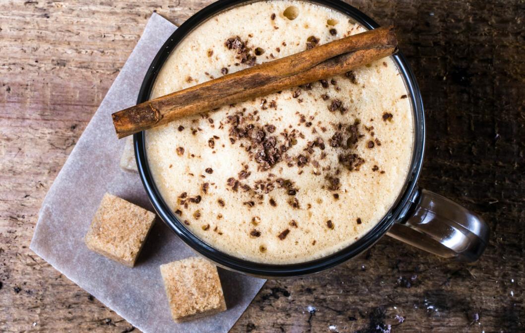 <strong>PÅ KAFFEN:</strong> Dryss litt kanel over kaffe latten din - det kan ha en positiv effekt på både blodtrykk og blodsukker. Men pass på at du ikke får i deg for mye - det er litt som er nøkkelordet her! Foto: nataliazakharova - Fotolia