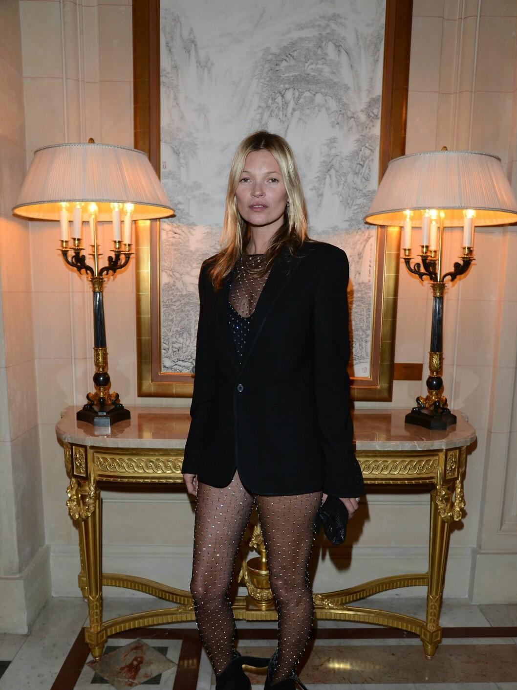 <strong>FLOTT:</strong> Supermodell Kate Moss dukket opp i kun strømpebukse, og fikk naturlig nok mye oppmerksomhet for det.  Foto: All Over Press