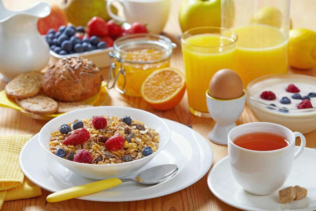 FIN FROKOST: Hva med å bare drikke juice til helgefrokostene, og droppe den i hverdagen? Foto: Colourbox