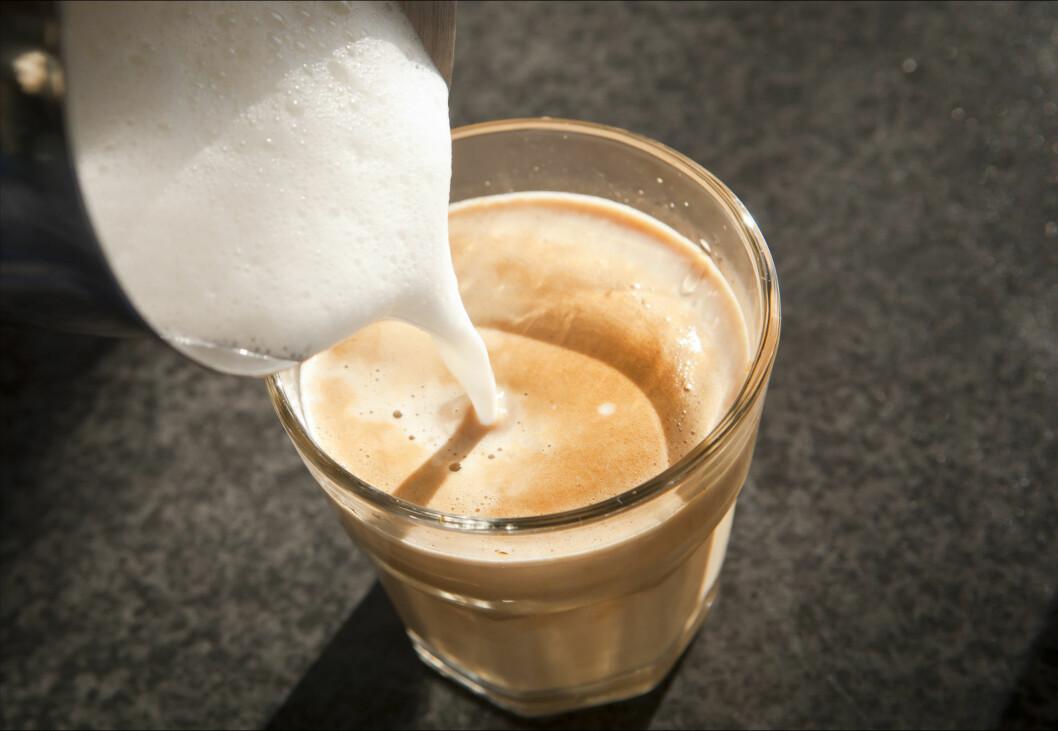 INNTAKET ØKER: Ifølge forskerne drikker stadig flere unge mer kaffe, koffeinholdig brus og energidrikker. Foto: Getty Images/iStockphoto