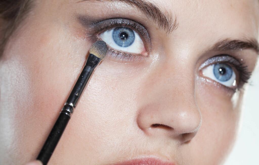 EN SKYGGE: Du trenger faktisk bare én øyeskygge for å få til denne looken.  Foto: Astrid Waller