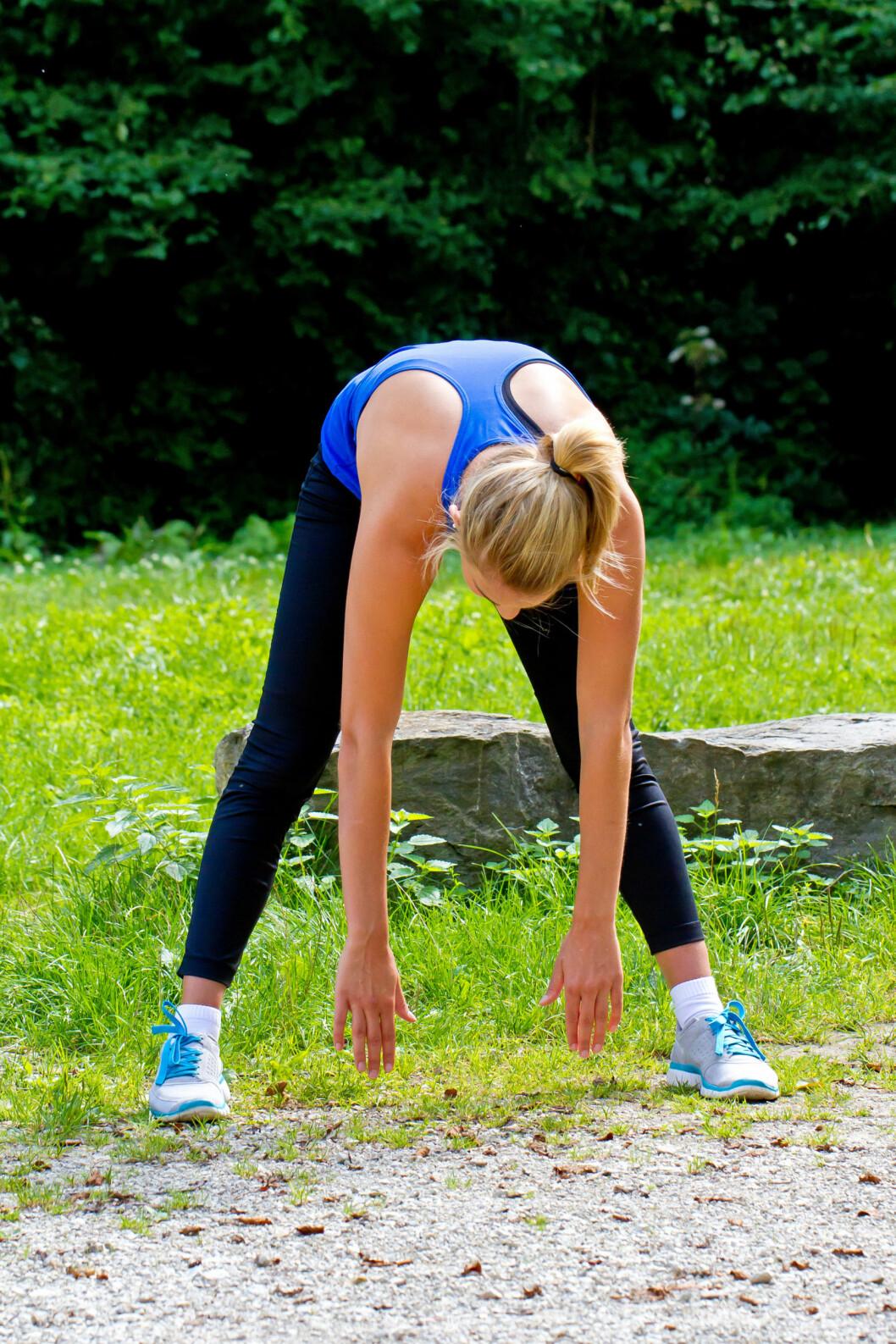 <strong>SMERTEFULLT:</strong>Prøver du å nå bakken, men får det rett og slett ikke til? Slapp av, du er ikke alene...Stivere muskler, kroppsdeler og ledd er et naturlig resultat av mindre fysisk aktivitet og lange dager foran pc.  Foto: Jürgen Fälchle - Fotolia