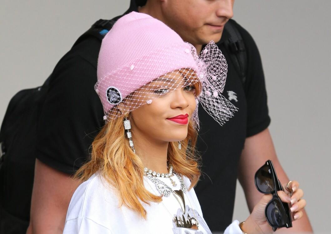 HIP HOP-LUE MED BRUDEVRI: Popstjernen Rihanna pimper opp sin rosa lue med slør denne høsten. Foto: All Over Press