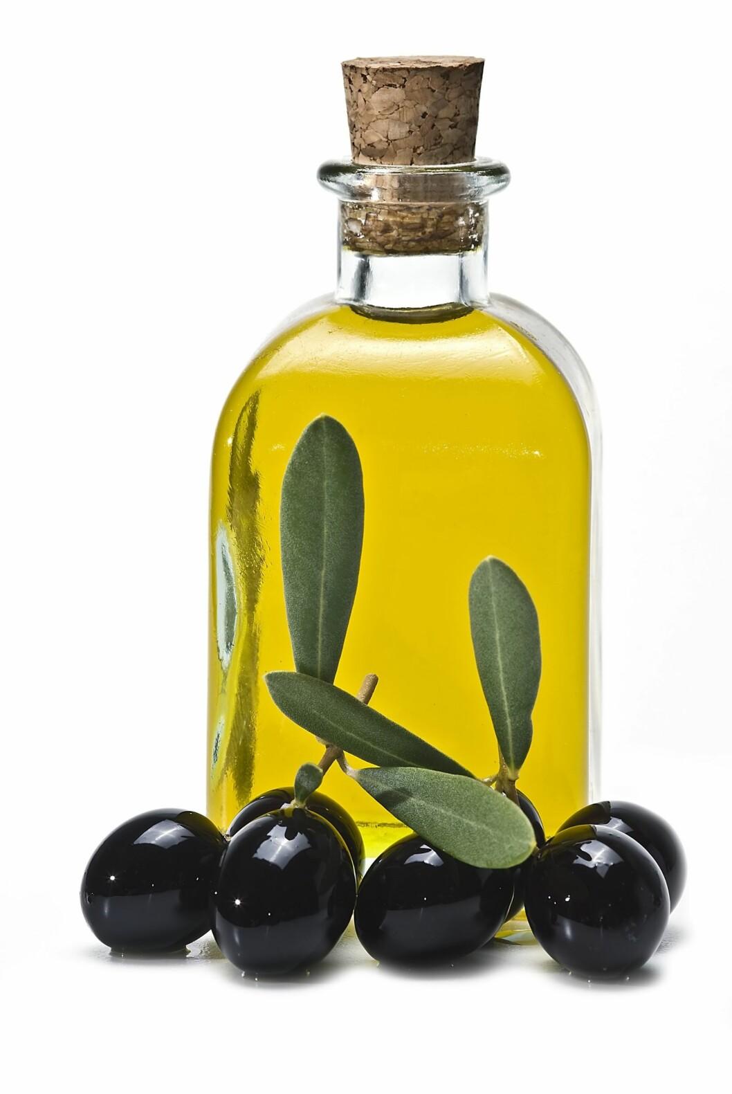 OLJE: Velg en olje og eddik-baserte dressingen.  Disse typene inneholder mye sunt fett.  Foto: PantherMedia/Angel Luis Simon Martin