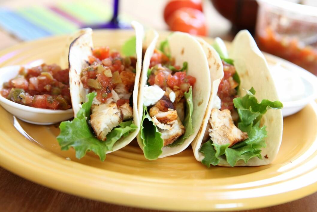 SÅ ENKELT BLIR DEN SUNNERE: Selv om taco i utgangspunktet inneholder mye grønt, kan det likevel være lurt å bytte ut noen av ingrediensene når nordmenn spiser så store mengder.  Foto: JJAVA - Fotolia