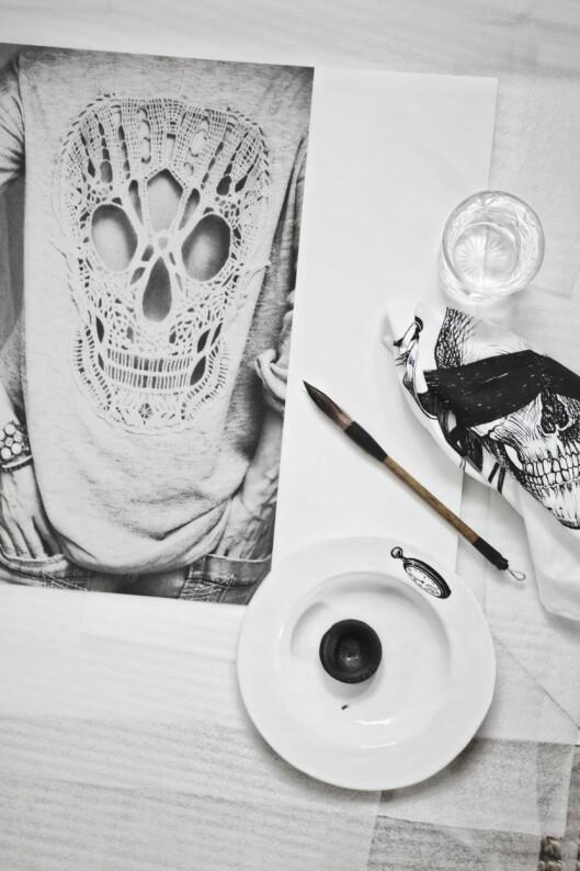 <strong>ALT DU TRENGER:</strong>Print av bilder, kalligrafipensel, maling og teip til oppheng er det du trenger. Foto: Hannah Lemholt