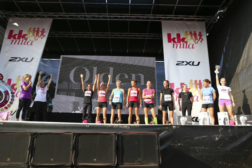 HYLLET: De ti beste i hver klasse ble hyllet med premier på scenen. Her er vinnerne av 10 kilometeren. Foto: Vilde Borse