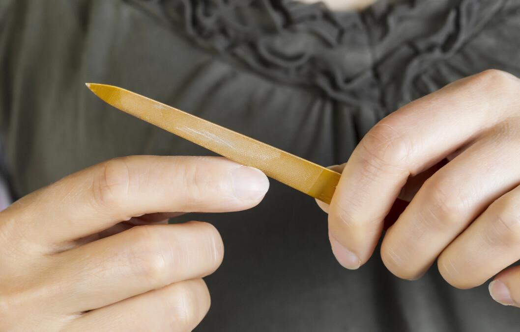 FIL RIKTIG: Måten du filer neglene på har mye å si for om du former eller bare ødelegger neglene.  Foto: tab62 - Fotolia