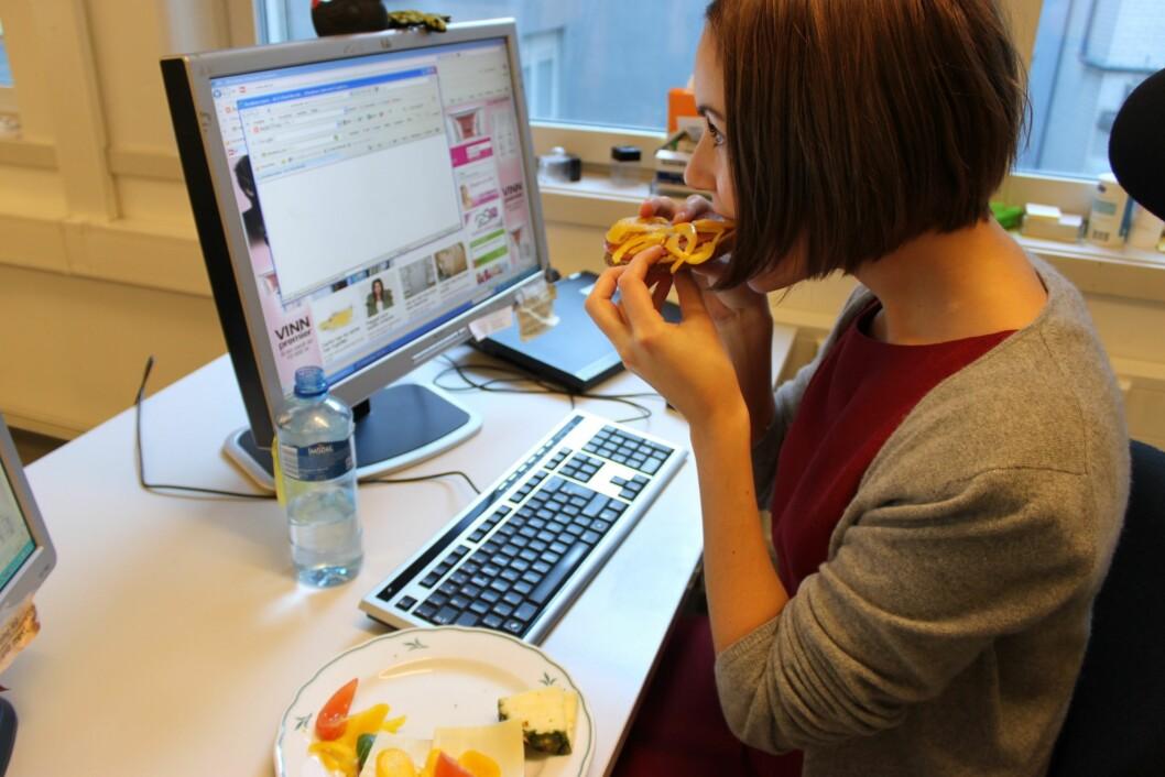 TA PAUSER: Det er lurt å ta en pause fra dataskjermen i løpet av dagen. Og dropp for all del å spise lunsjen foran tastaturet! Foto: Kjersti Staarvik