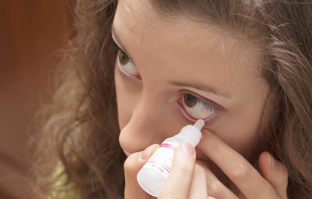 STOPP! Det er på ingen måte likegyldig hva slags øyedråper du bruker. Unngå alltid de typene som får blodårene dine til å trekke seg sammen, og bruk bare kortisondråper når du har fått beskjed om det fra en øyelege. Kunstig tårevæske uten konserveringsmiddel er det beste dersom du sliter med røde øyne, sier øyelegen.  Foto: elemakar - Fotolia