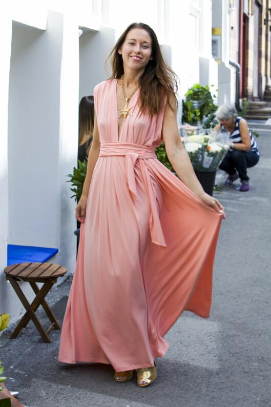 EN LEKKER SOMMERKJOLE: Alle kvinner trenger en lekker sommerkjole, forteller designeren. Her viser hun sin favoritt - i sommerens trendfarge fersken. Foto: Per Ervland