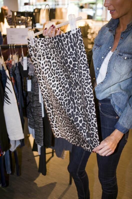 KULT TIL TRANGE SKJØRT: En stor genser er superkult å ha over et trangt skjørt med høyt liv. Dyreprint - som på dette skjørtet, er også veldig hot for sesongen.  Foto: Per Ervland