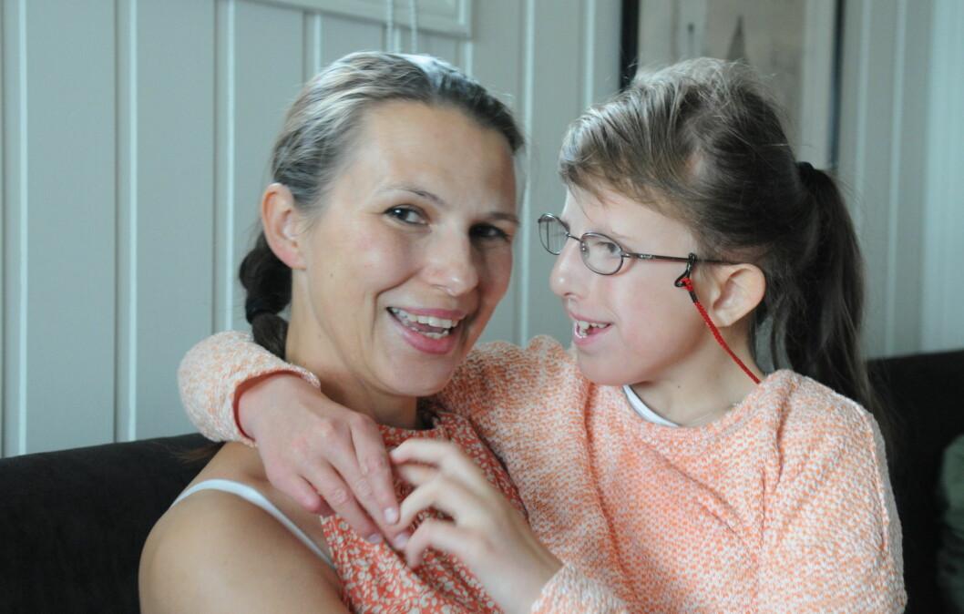 STERK HISTORIE: Mamma Vera og Emeli. Emeli (14) har Trisomi 18, også kjent som Edwards syndrom. Les deres sterke historie her! Foto: Inger E. Eftevand Orvin