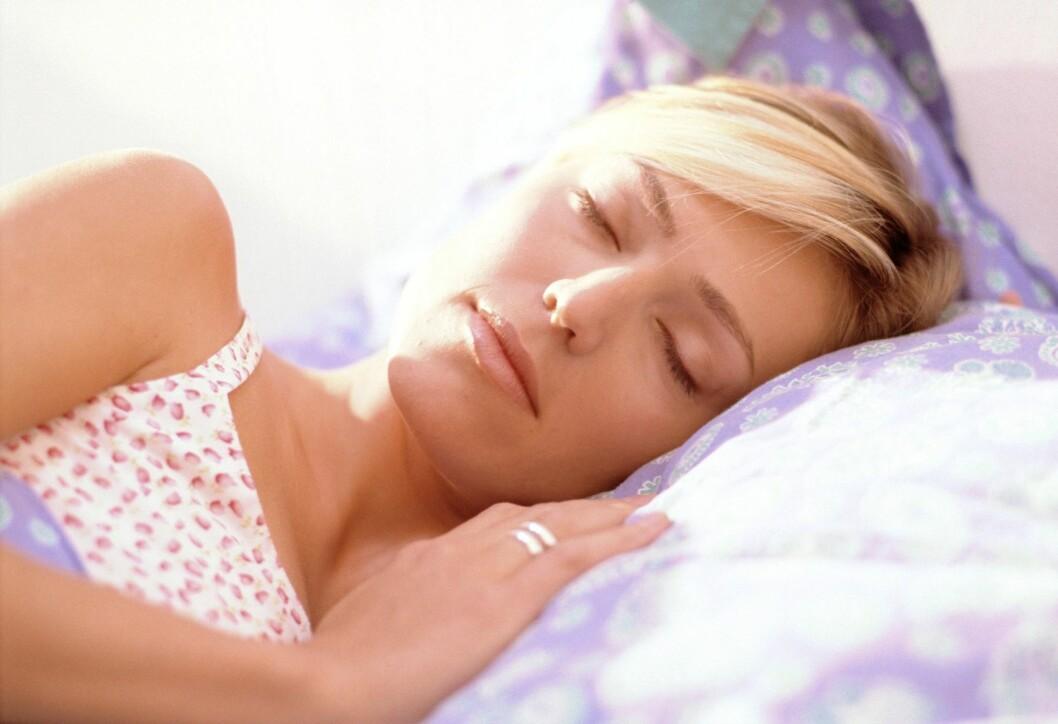 PRIORITER EN GOD NATTS SØVN: Ikke bare kan for lite søvn føre til et usunt kosthold, men det viser seg at nok timer på hodeputa kan være bra for hjernen. Foto: colourbox.com