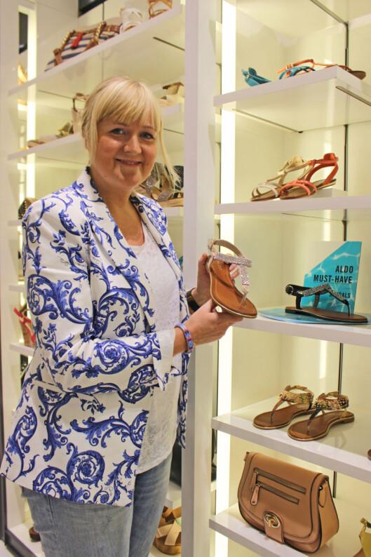 TA VARE PÅ SOMMERSKOENE: Silje Brøter Olsen, som er brand manager for skokjeden Aldo, forklarer at det er viktig å pleie sommersko og sandaler, særlig hvis du ønsker at de skal holde seg fine.  Foto: A. C. Blystad