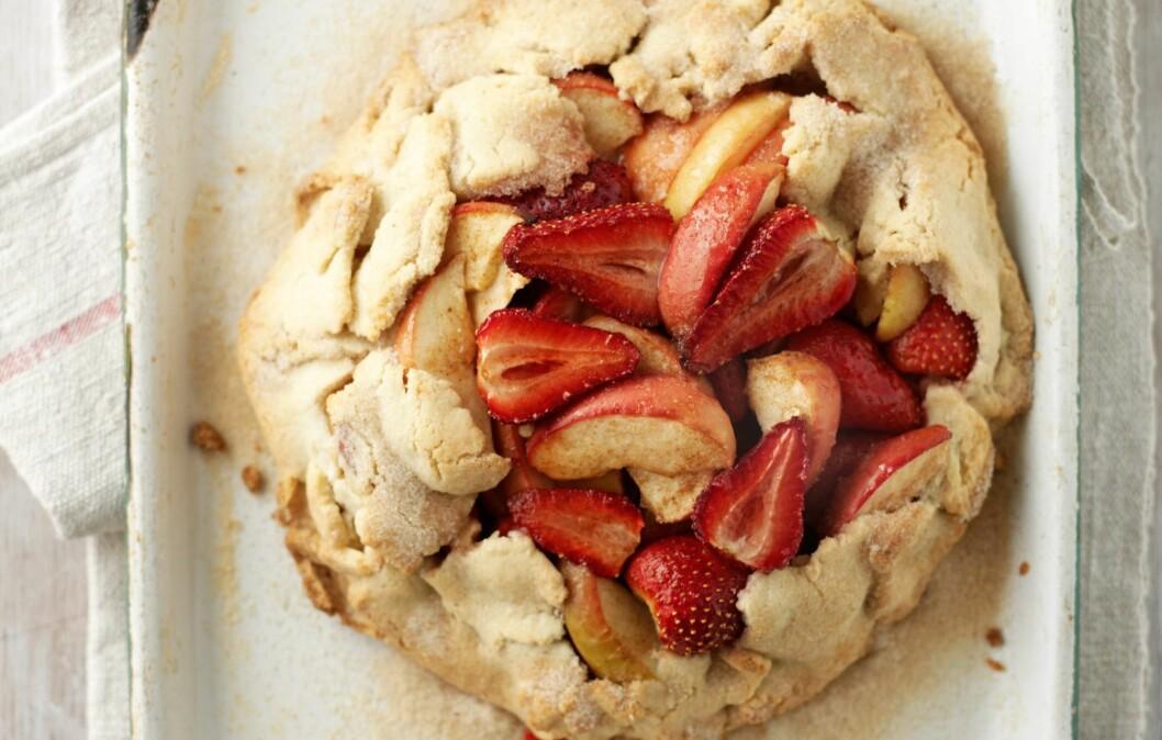 Et kinderegg av en dessert: pai, epler og jordbær. Mmmm ... Foto: All Over PressAll Over PressAll