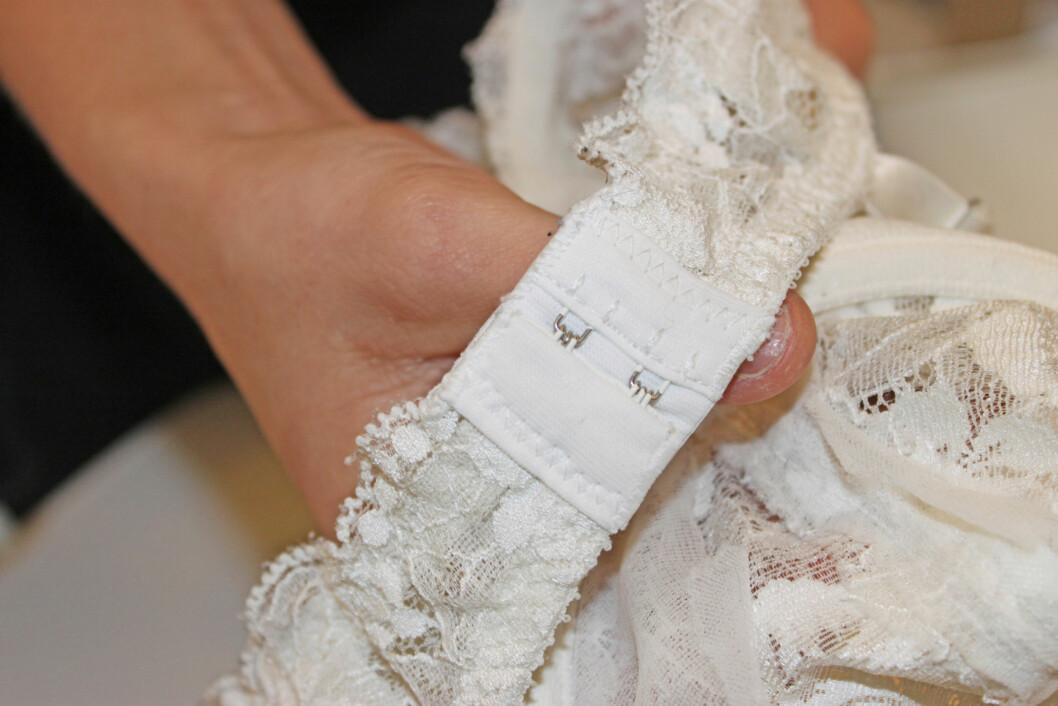 SETT SAMMEN FØR VASK: Hekt hempene på bh-en sammen før du slenger den i maskinen. Eventuelt kan du vaske bh-en i en egen vaskepose.  Foto: Engen/Blystad