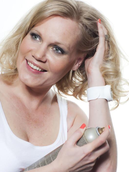 FRISKER OPP: Litt tørrsjampo ved røttene frisker opp hår som ikke er nyvasket, men er også et ypperlig stylingprodukt.  Foto: Astrid Waller