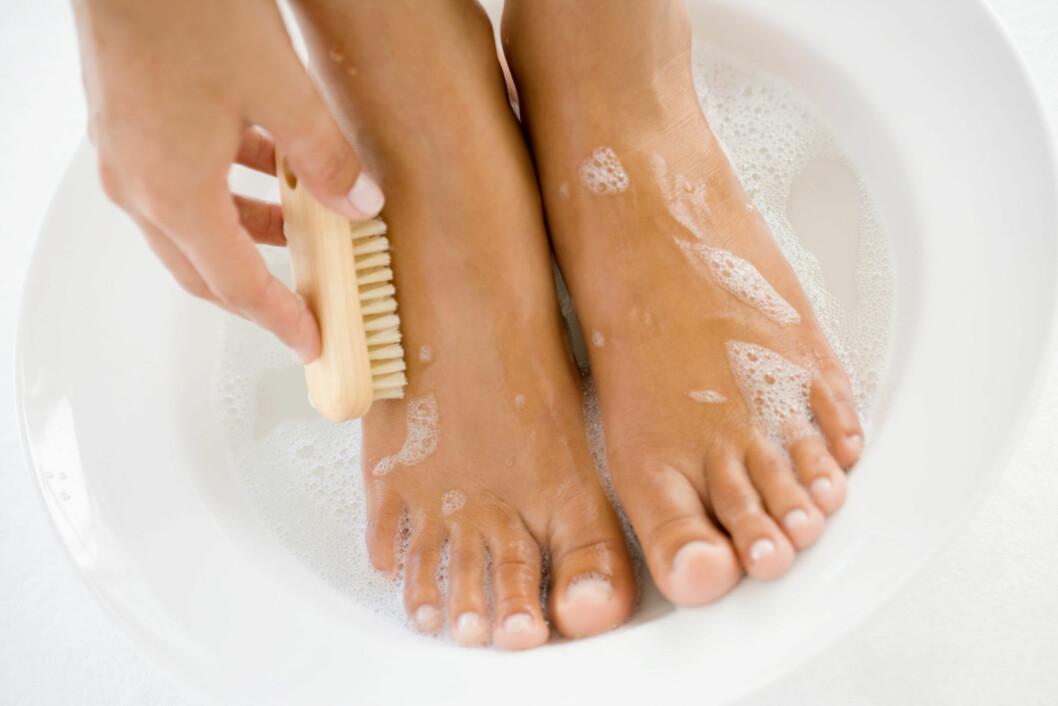 SKYLL AV FØTTENE: Hvis du kjenner deg varm allerede før du legger deg, er det et lurt triks å skylle føttene med kaldt vann. Foto: Thinkstock.com