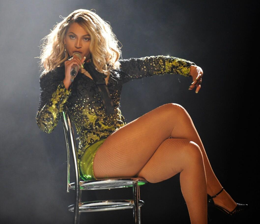 <strong>KRAFTIGE KRØLLER OG BRATT OPPKLIPP:</strong> Ikke frykt stort hår –se bare på Beyoncé! Be om en lang og løs klipp (ikke rett over) med lag som er klippet sidelengs. Unngå å ha for mange korte lag helt på toppen, for da blir det fort for stort. Sørg heller for at det ser mykt ut rundt ansiktet ved å klippe inn såkalte disconnections. Tørk håret med en diffuser for å gi det masse volum, men definer krøllene ved å bruke krølltang i noen seksjoner og påføre et godt krølleserum.  Foto: All Over Press
