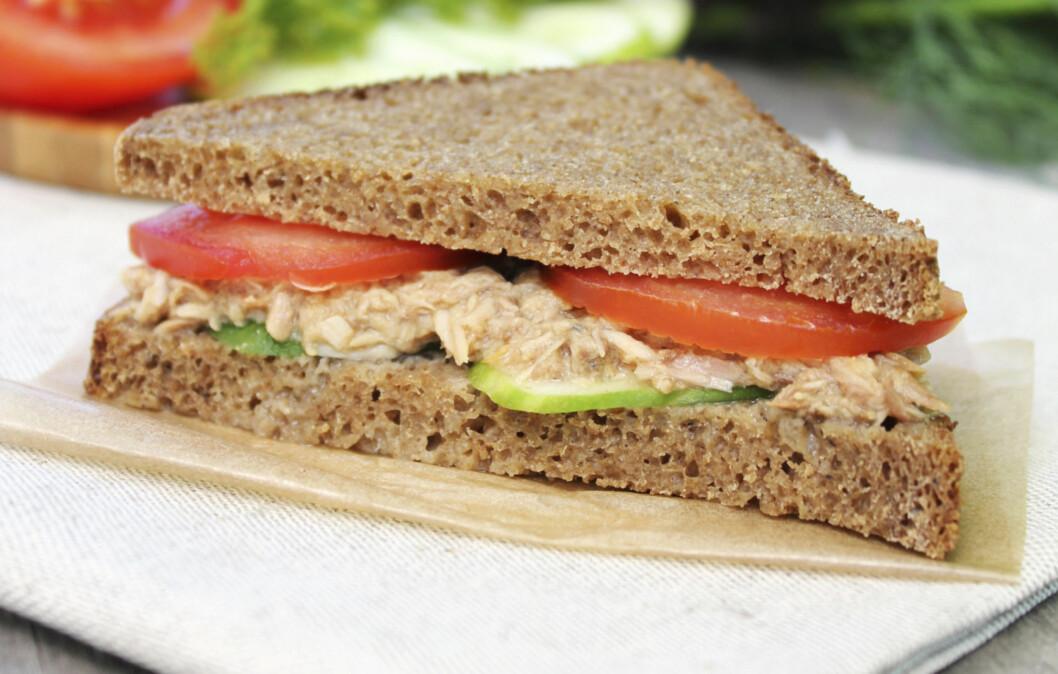 <strong>VEKKER KROPPEN:</strong> Grove karbohydrater, som i mørkt brød, tunfisk og avocado er blant matvarene som har en oppkvikkende effekt på kroppen.  Foto: Getty Images/iStockphoto