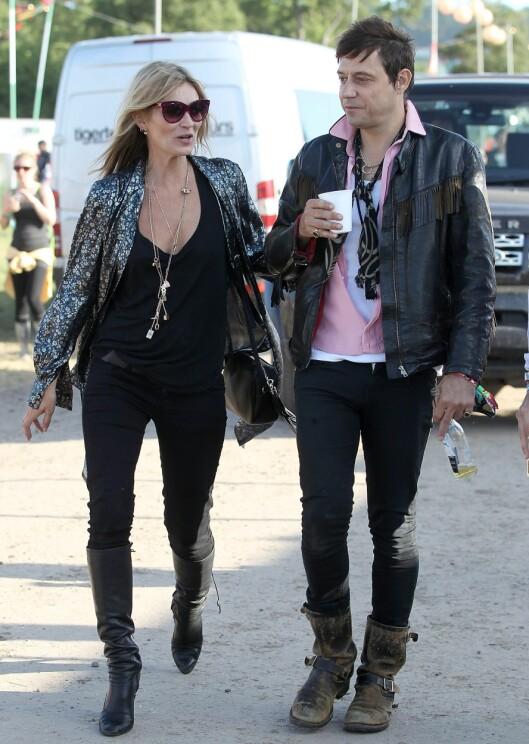 STILLER IKKE I HUNTER-STØVLER: Supermodell Kate Moss, som satte gummistøvlene trygt på motekartet i 2005, går heller for skinnstøvletter på årets Glastonbury-festival... Foto: All Over Press