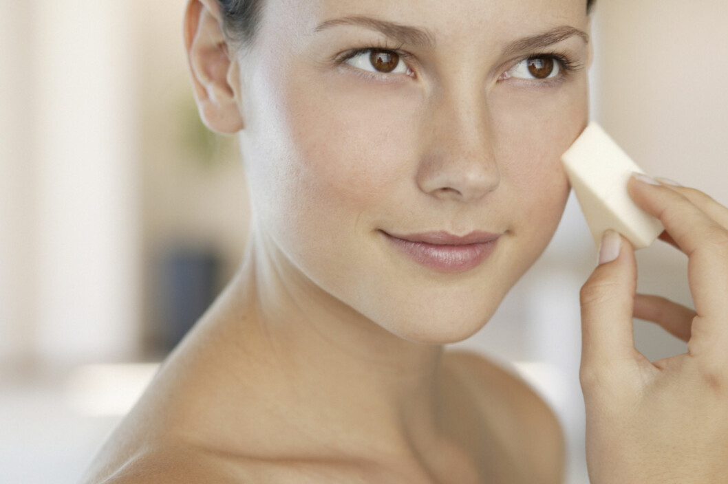 <strong>VÆR OBS PÅ FOUNDATION:</strong> Pudderprodukter kan fort fjerne fukt fra huden din, og gjør at du ser tørrere ut i huden.  Foto: Getty Images/Fuse