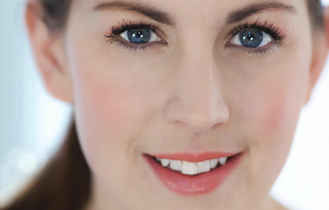 <strong>FRISKE FARGER:</strong> Framhev øynene, gi kinnene en frisk glød og leppene glans – vips så ser du flere år yngre ut.  Foto: Astrid Waller
