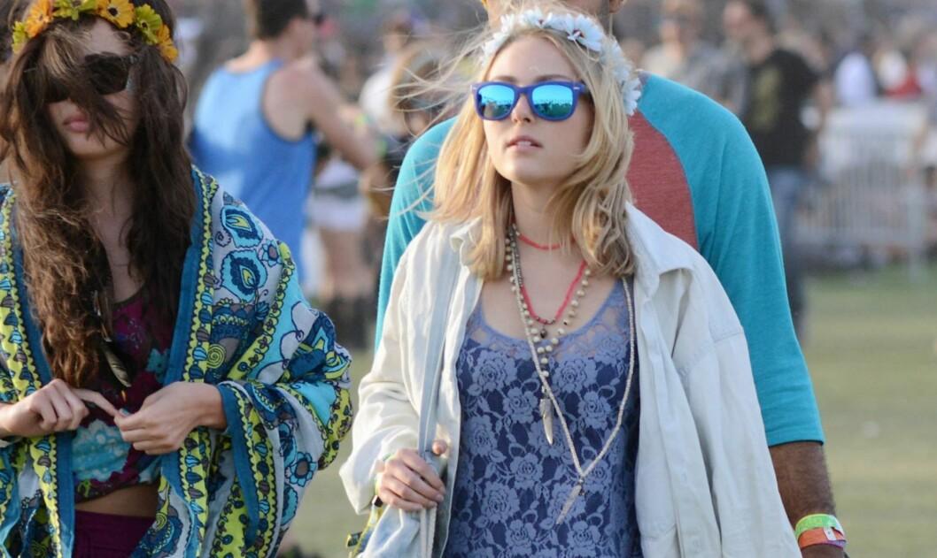 OLJEFARGEDE GLASS ER HOT NÅ: Skuespiller Anna Sophia Robb i sommerens it-solbrille på Coachella. Foto: All Over Press