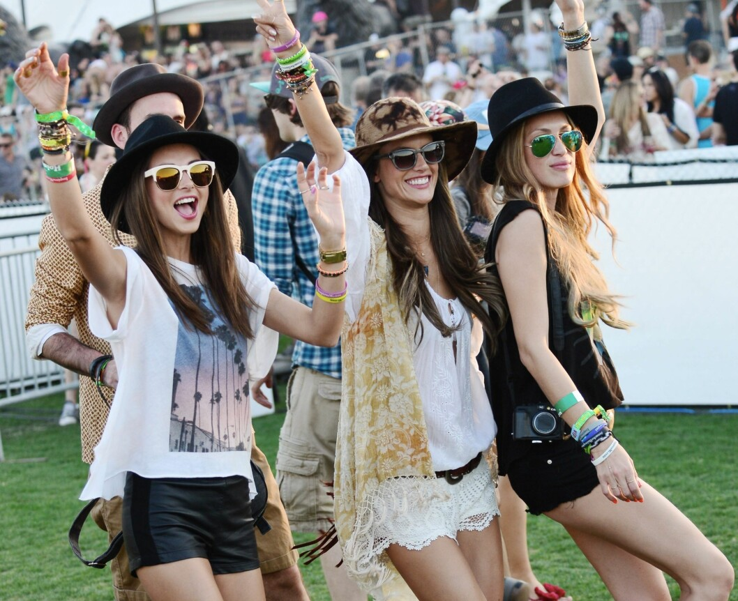 I SINGLETTER OG T-SKJORTER: Supermodell Alessandra Ambrosio (i midten) og Victoria's Secret-kollega Miranda Kerr (til venstre). Foto: All Over Press