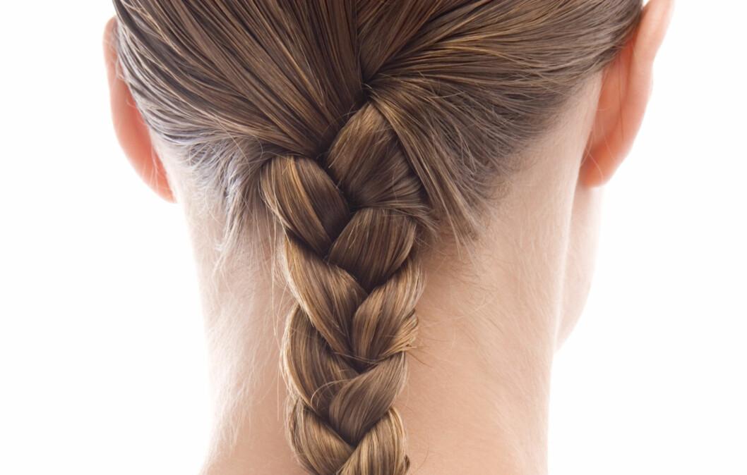 FLETT HÅRET: Om du fletter håret før du legger deg, tar du bedre vare på det, samtidig som du våkner med fiks ferdige sexy bølger.  Foto: Getty Images/BananaStock RF