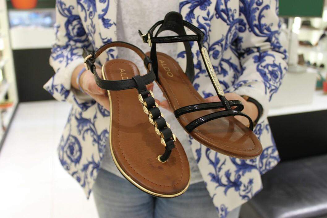 "TÅSTROPP ELLER IKKE?: Her ser du en sandalmodellen med den klassiske ""tå-stroppen"", og en modell med stropper som går over tærne/vristen.  Foto: A. C. Blystad"
