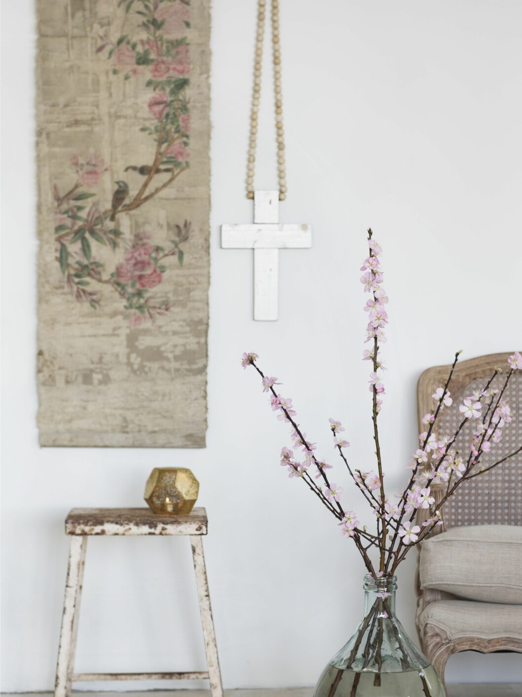 -Kirsebærgreiner med blomster i sart rosa, til telysholder (kr 500, Tom Dixon) og tegning på rull (kr 1800, Anouska). Foto: All Over Press Norway