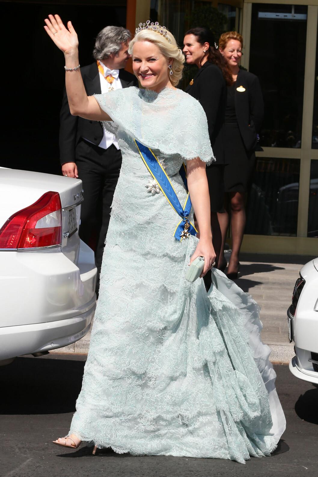 <strong>ISBLÅ:</strong>Kronprinsessen hadde valgt en isblå lang kjole med blonder og cape til bryllupet.  Foto: All Over Press