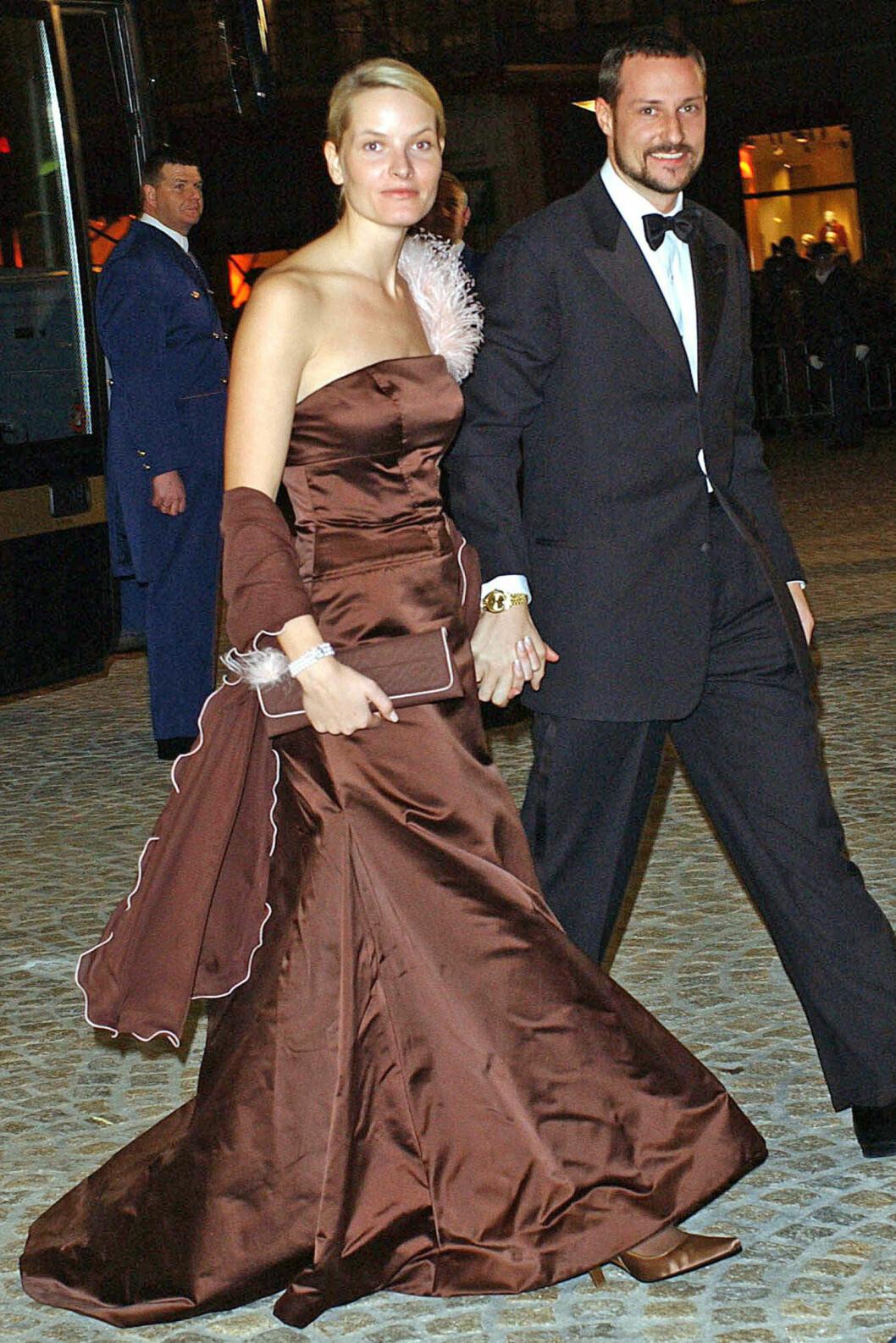 <strong>2002:</strong> Ikledd brun stroppeløs aftenkjole signert Vera Wang.  Foto: All Over Press