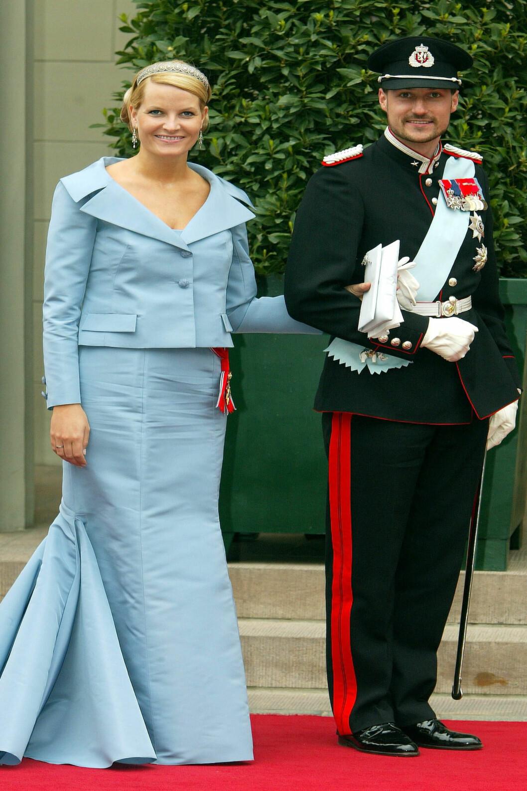 <strong>2004:</strong> Her satset kronprinsessen på kjole og jakke fra Valentino.  Foto: All Over Press
