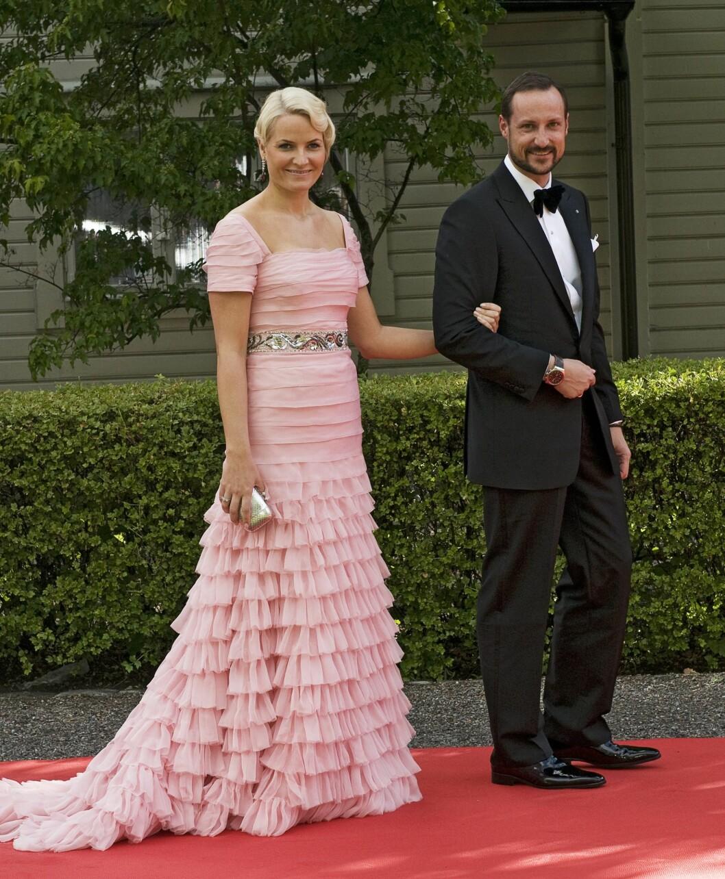 <strong>2010:</strong> Kronprinsessen fikk MYE skryt for denne rosa Peter Dundas-kjolen.  Foto: All Over Press