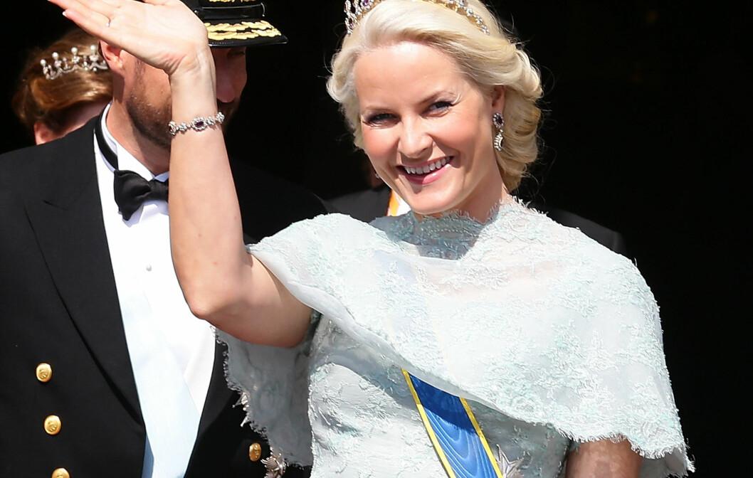<strong>IKKE HELDIG:</strong> KKs moteredaktør Silje Pedersen mener Mette-Marit taper mot de andre prinsessene med dette kjolevalget  i Maddes bryllup. Foto: All Over Press