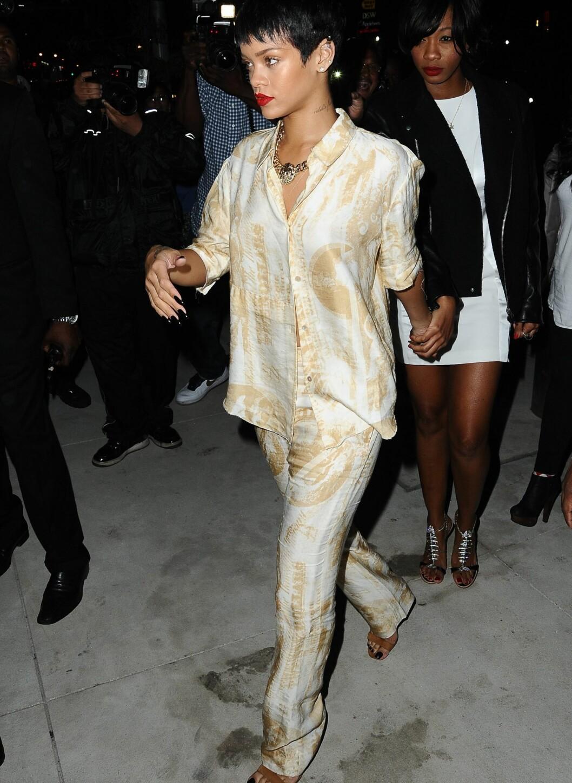 Rihanna i silkesett. Foto: All Over Press