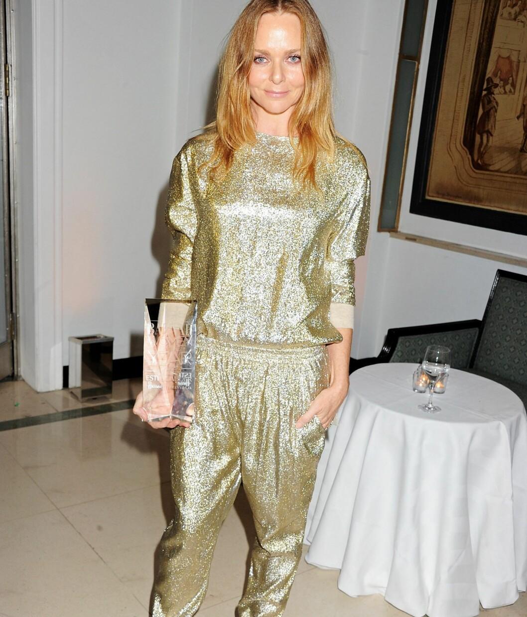 Designeren Stella McCartney går for en full gull-look. Foto: All Over Press
