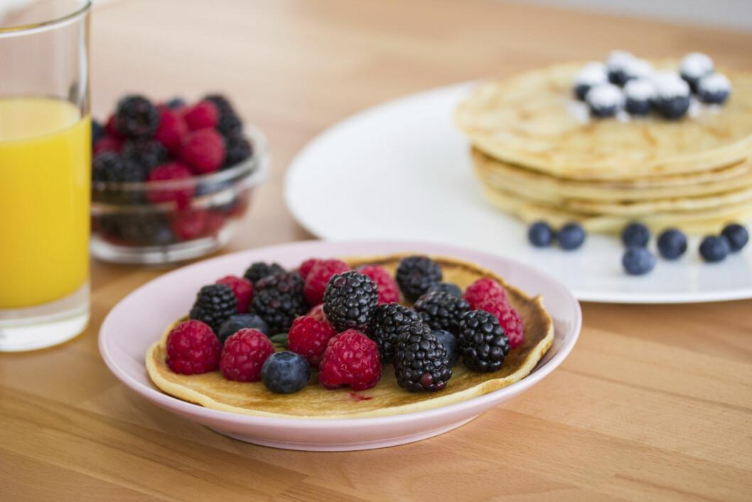MED FRUKT OG BÆR: Pannekakene blir ekstra gode med vanilje-kesam og bær, eller annen frukt. Mmmmm... Foto: Getty Images/iStockphoto