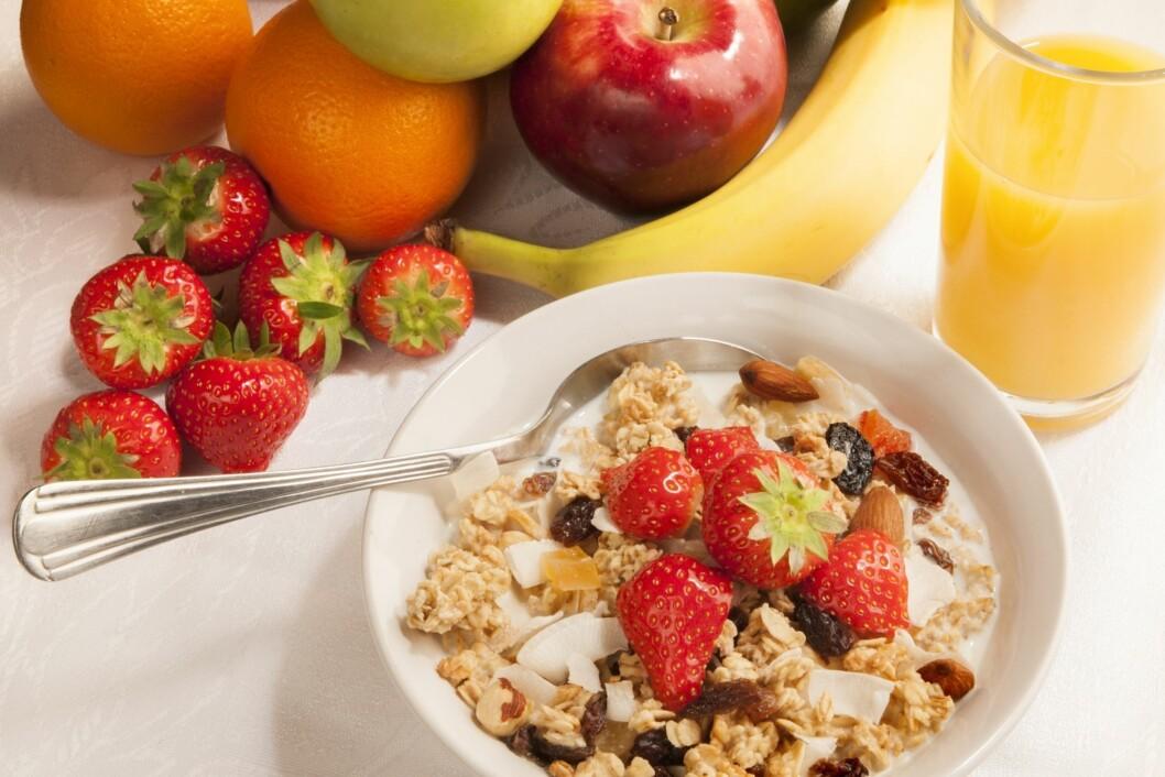 GROVE KORN OG BÆR: Frukt, grønnnsaker og grove kornprodukter inneholder mye fiber.  Foto: Thinkstock