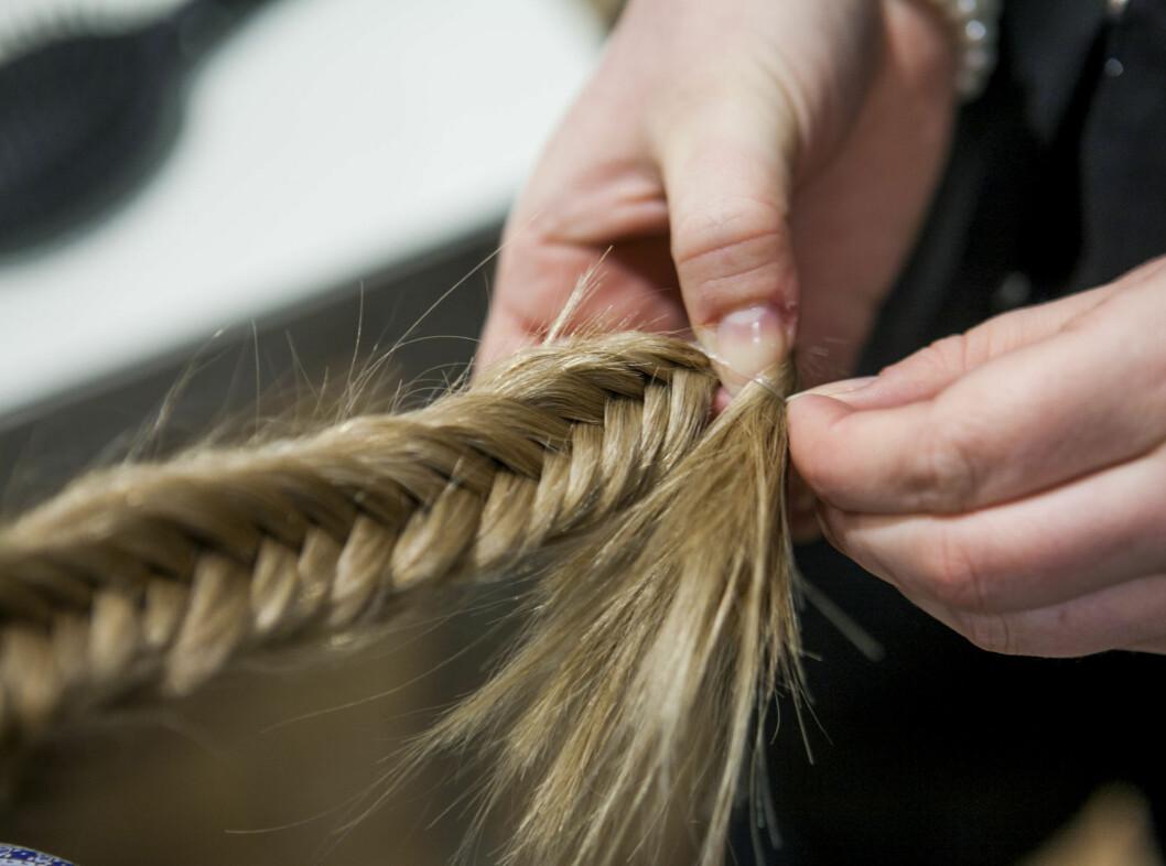 Fest til slutt med et «usynlig» hårstrikk. Foto: Per Ervland