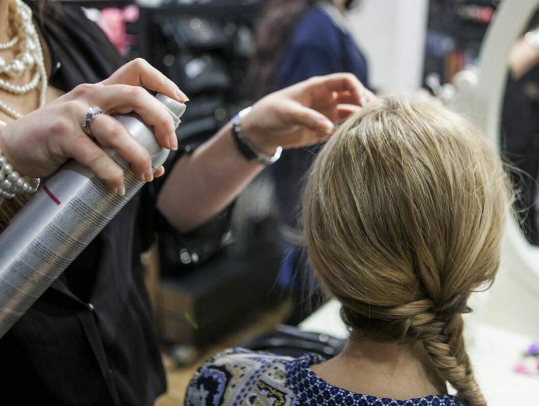 Spray lett over hele håret for å sette frisyren Foto: Per Ervland