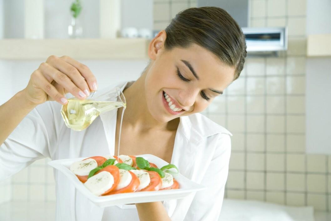 OLIVENOLJE: Heller ikke olivenolje er så vanskelig å inkludere i kostholder, prøv for eksempel å bruke det i en deilig dressing til salaten.  Foto: Colourbox