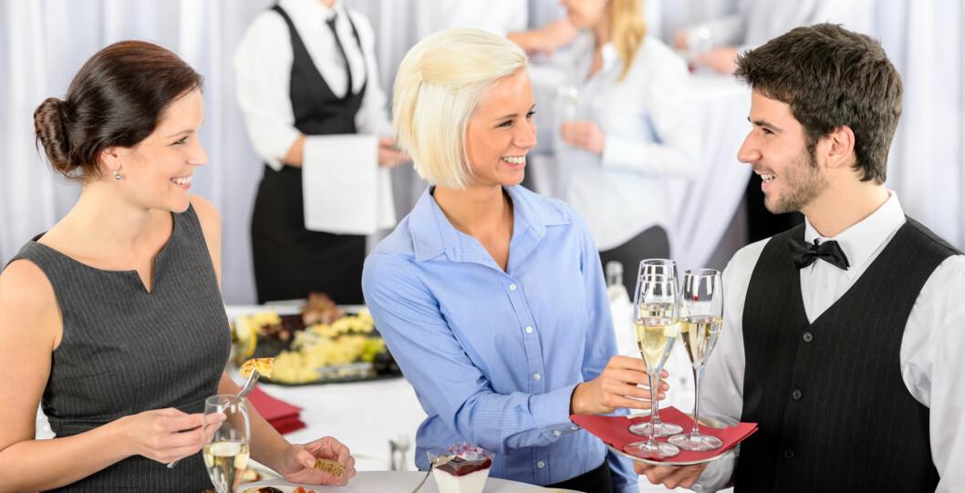 """FORT GJORT: """"Jeg husker ikke hva hun heter, men den kjekke kelneren vet jeg navnet på!"""" Foto: PantherMedia / CandyBox Images"""